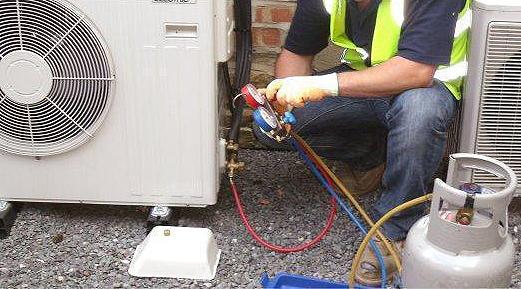 Come installare in casa un condizionatore d 39 aria fisso - Condizionatore unita esterna piccola ...